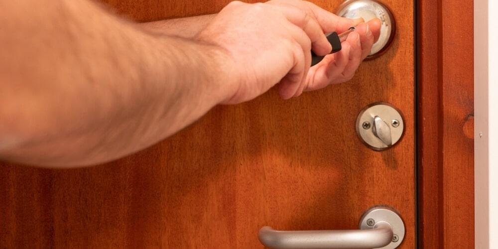 תיקון דלתות עץ בנתניה